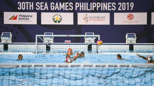 Timnas polo air putra Indonesia menghadapi Malaysia pada laga terakhir, Jumat (29/11).(Photo by WAKIL KOHSAR / AFP)