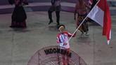 Kontingen Indonesia dipimpin atlet polo air putra Indonesia Ridjkie Mulia yang membawa bendera Merah-Putih saat defile pada pembukaan SEA Games 2019. (ANTARA FOTO/Nyoman Budhiana)