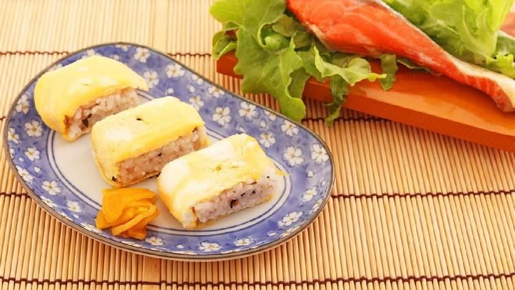 Ingin buat resep yang praktis dan kaya gizi? Bunda bisa coba resep bekal nasi telur gulung berikut ini ya.