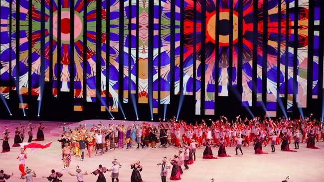 Kontingen Indonesia saat melakukan defile di upacara pembukaan di Philippine Arena. SEA Games 2019 akan berlangsung di Filipina hingga 11 Desember 2019. (AP Photo/Aaron Favila)