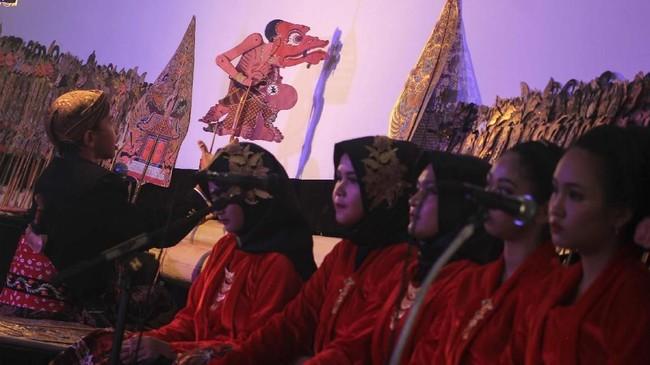 Salah satu upaya melestarikan wayang di Indonesia adalah mengenalkan sejak dini kepada generasi penerus. Beberapa di antara mereka bahkan sudah jadi dalang.