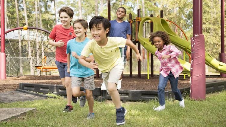 Daripada anak main gadget melulu di rumah, ajak anak untuk bermain di luar ruangan yuk, Bun. Ini lho manfaat anak bermain di luar ruangan.