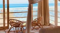 <p>Suasana dari kamar tempat Dian dan Sandy berbulan madu. Kamar tersebut menyuguhkan pemandangan langsung ke laut. (Foto: Instagram @dianpelangi)</p>