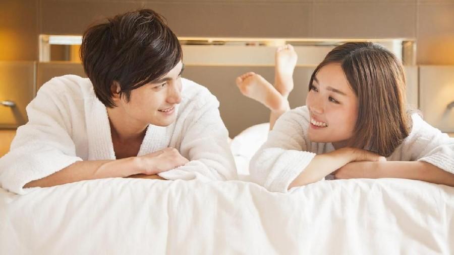 Gaya Bercinta Favorit Pasangan Milenial, Wanita Lebih Suka Mendominasi