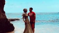 <p>Dian dan Sandy mengabadikan momen romantis mereka di Pantai Padang Padang Bali. (Foto: Instagram @dianpelangi)</p>