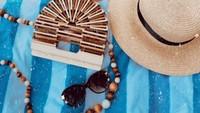 <p>Sebagai desainer, Dian Pelangi tak lupa mengabadikan aksesori yang ia kenakan saat berada di pantai. (Foto: Instagram @dianpelangi)</p>
