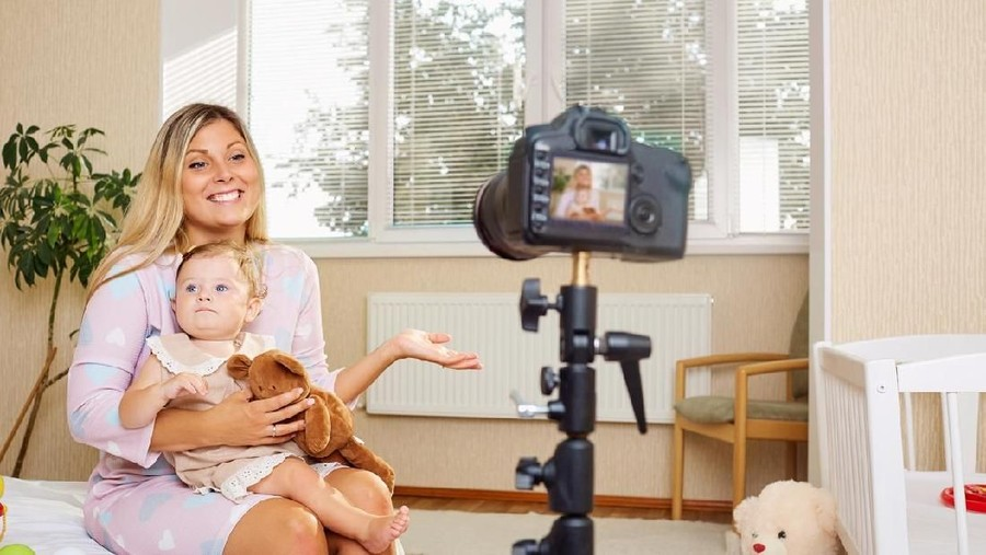 Orang Tua Mau Nge-vlog Bareng Anak? Ketahui Dulu Aturan Berikut