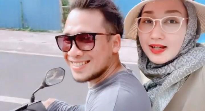 <p>Setelah menggelar pernikahan pada Minggu (17/11/2019), desainer Dian Pelangi dan suami, Sandy Nasution, berbulan madu di Bali. (Foto: Instagram @dianpelangi)</p>