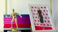 <p>Hiasan di rumah Barbie juga menggemaskan. Ada foto si empunya, Barbie, nih. (Foto: YouTube AirBnB)</p>
