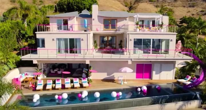 <p>Kebayang enggak, Bun, gimana rasanya menginap di rumah Barbie beneran? (Foto: YouTube AirBnB)</p>
