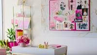 <p>Girly abis! Furnitur di rumah Barbie ini serba pink. (Foto: YouTube AirBnB) </p>