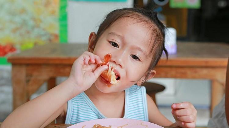 Untuk tumbuh dan kembang yang ideal pada anak, Bunda bisa biasakan si kecil makan seafood ya.