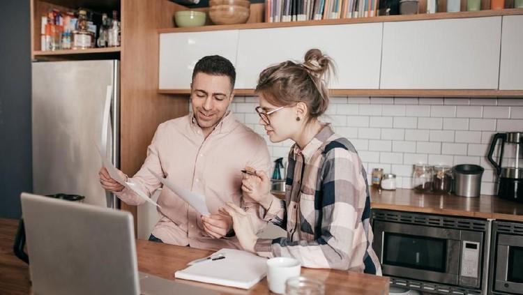 Bagi pasangan pengantin baru, penting banget merencanakan keuangan. Simak tips cerdasnya yuk.