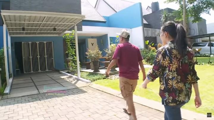 <p>Ayu Ting-ting dan Ruben Onsu pergi bertandang ke rumah desainer kondang, Ivan Gunawan. (Foto: YouTube Brownis Trans TV)</p>
