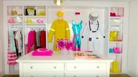 <p>Di rumah Barbie ini juga ada walking closet. Pakainnya lucu-lucu. Ada kostum astronot lho. (Foto: YouTube AirBnB)</p>