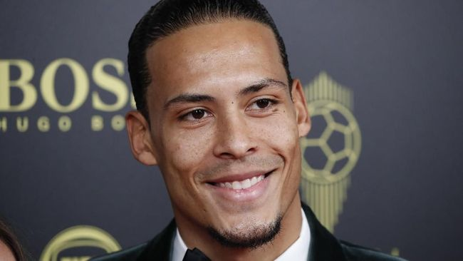 Liverpool's Virgil van Dijk poses during the Golden Ball award ceremony at the Grand Palais in Paris, Monday, Dec. 2, 2019. Awarded every year by France Football magazine since Stanley Matthews won it in 1956, the Ballon d'Or, Golden Ball for the best player of the year will be given to both a woman and a man. (AP Photo/Francois Mori)