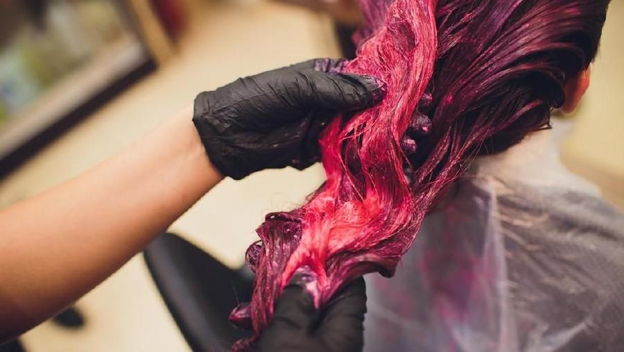 Ibu Menyusui Mewarnai Rambut, Berpengaruhkah pada ASI?