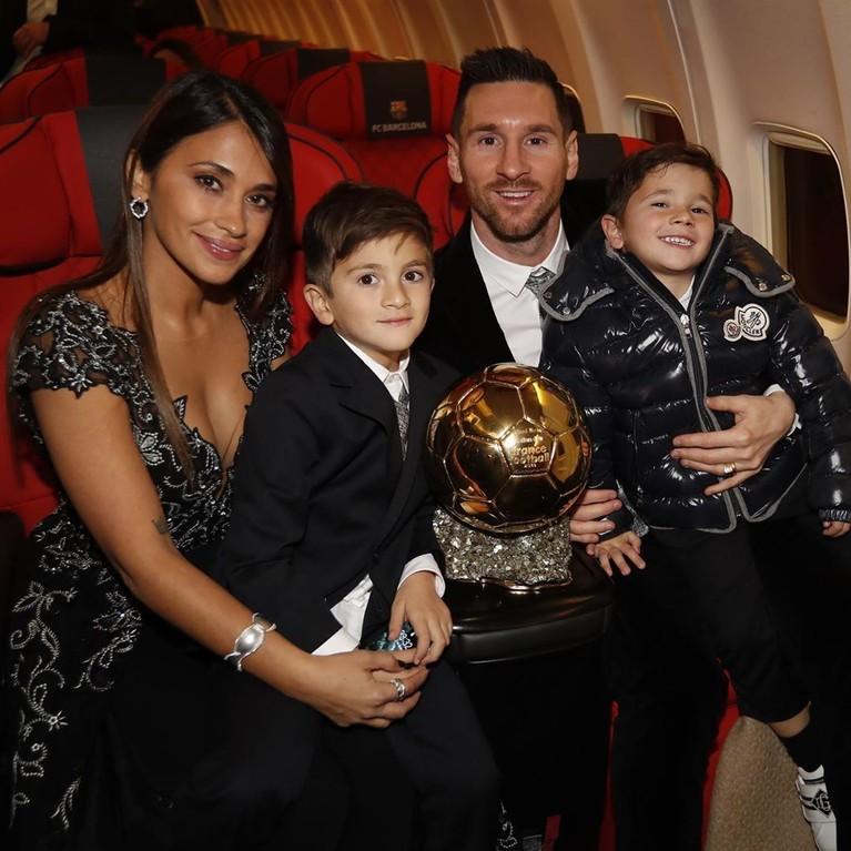 Lionel Messi dan Antonella Roccuzzo resmi menikah pada tahun 2017 lalu setelah memiliki dua orang putra. Mereka telah berpacaran dari tahun 2007 dan baru diketahui publik dua tahun setelahnya.