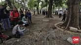 Polisi menggelar olah tempat kejadian perkara pascaledakan granat asap di kawasan Monumen Nasional (Monas) Jakarta Pusat.