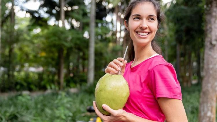 Ibu hamil minum air kelapa? Boleh kok, tapi simak juga ya mitos-mitosnya berikut.