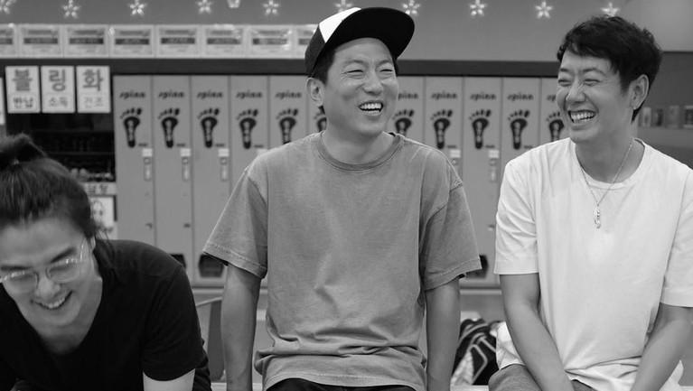 Hyung Joon menghabiskan waktu luangnya untuk bermain bowling bersama para sahabat.