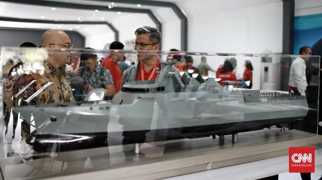 Prabowo dan Hadi Tjahjanto berkeliling area pameran. Mereka melihat beberapa industri pertahanan, seperti kapal selam, pakaian prajurit,drone, misil, dan kendaraan perang. (CNN Indonesia/Andry Novelino).