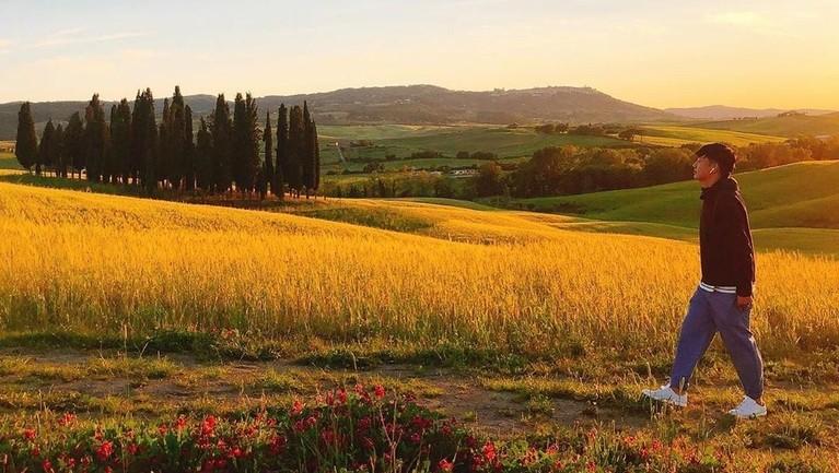Tampaknya Kim Hyung Joon sangat menyukai destinasi dengan keindahan alam. Salah satunya di Toskana, Italia. Dalam captionnya, ia menyebut jika lebih menyukai pergi ke perkampungan kecil dengan pemandangan yang indah.