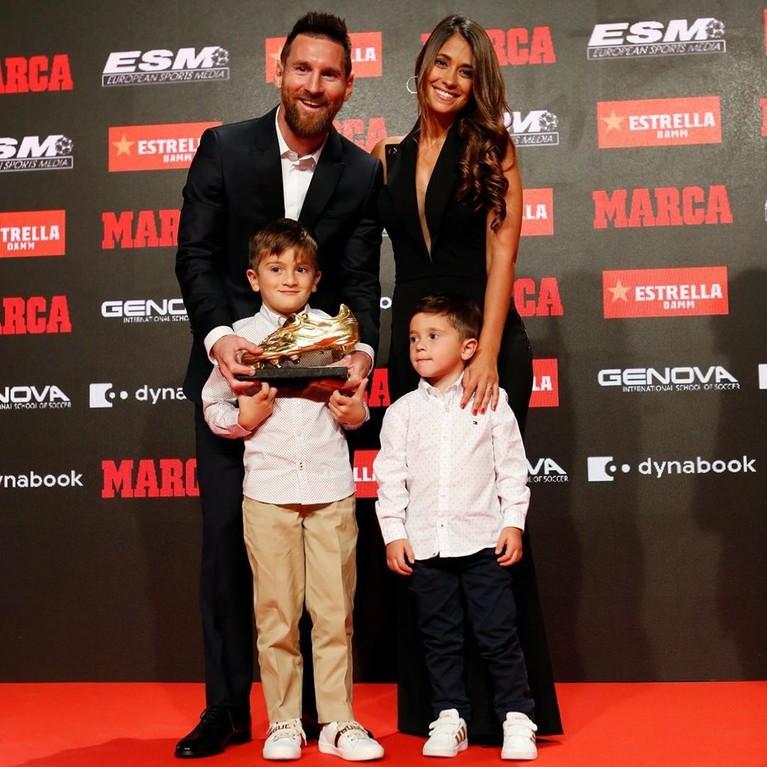 Pesepak bola ganteng ini dianugerahi3 putra imut dari hubungannya dengan Antonella Roccuzzo. Anak pertamanya bernama Thiago Messi lahir pada 2 November 2012 di Spanyol.