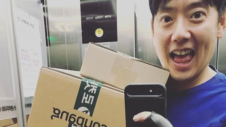 Secara blak-blakan, Hyung Joon mengaku jika kini dirinya bekerja sebagai kurir. Ia memamerkan potret dirinya yang berselfi di dalam lift saat mengantarkan barang di dalam dus besar.
