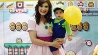 Zenecka kini sudah berusia satu tahun. Foto ini diambil ketika ia merayakan ulang tahun bersama kakaknya dengan tema Mario dan Luigi. (Foto: Instagram @carissa_puteri)