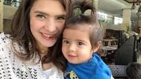 Wajah Zenecka dan model rambutnya seperti sang kakak, Quenzino waktu kecil ya, Bunda? (Foto: Instagram @carissa_puteri)