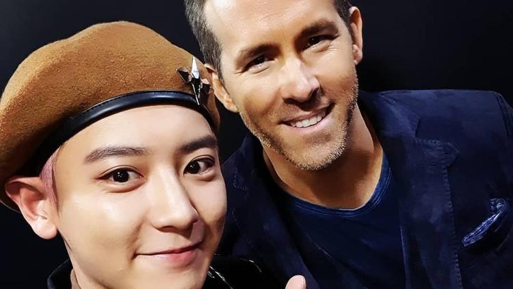 Kebahagiaan Chanyeol anggota boyband Korea EXO tak terbendung saat bertemu dan bisa selfie Ryan Reynolds.
