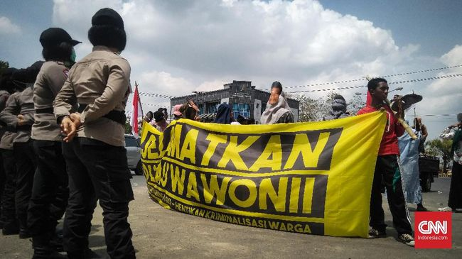 PT Gema Kreasi Perdana menghentikan sementara aktivitasnya di Pulau Wawonii, Sulawesi Tenggara. Sebanyak 300 karyawan menerima PHK.