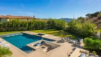 Tak hanya itu, kolam renang besar dengan halaman yang luas memberi kesan mewah. (Foto: Homes and Property)