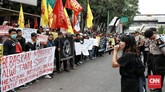 Nelayan Kampung Baru Dadap dan Kamal Muara yang tergabung dalam Front Perjuangan Rakyat Jakarta berunjuk rasa menuntut pembebasan rekannya.