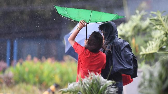 Badai tropis Beta disertai hujan deras dan angin kencang menghantam negara bagian Texas dan Louisiana, AS.