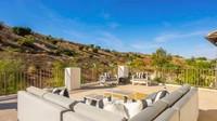 Teras rumah yang menghadap pemandangan bukit kecil bisa digunakan sebagai tempat bersantai. (Foto: Homes and Property)