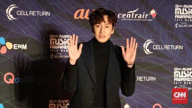 Aktor Lee Kwang-soo mengalami kecelakaan mobil dan mengalami patah pergelangan kaki, serta mesti menjalani operasi pada Selasa (18/2) sore.
