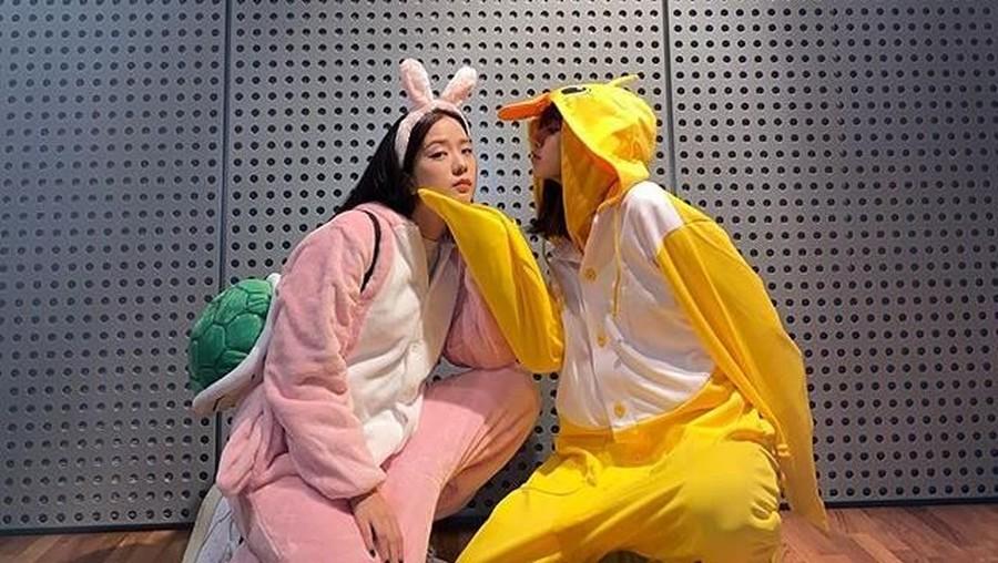 Dihukum, Lisa dan Jisoo BLACKPINK Kenakan Baju Imut Bebek & Kelinci
