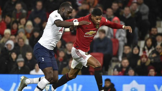Tottenham's Moussa Sissoko, left, and Manchester United's Marcus Rashford challenge for the ball during the English Premier League soccer match between Manchester United and Tottenham Hotspur at Old Trafford in Manchester, England, Wednesday, Dec. 4, 2019. (AP Photo/Rui Vieira)