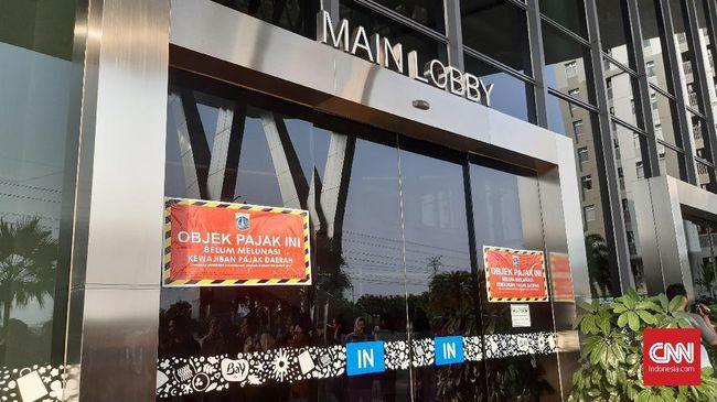 Petugas BPRD DKI dan KPK menempelkan stiker belum melunasi pajak di sebuah mal di kawasan Green Bay, Pluit karena belum bayar pajak Rp5,4 miliar.