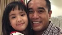 """<p>""""Father Daughter time,"""" tulis Ardi Bakrie di akun Instagramnya. Kalau lihat foto ini kira-kira Mikhayla lebih mirip Bunda Nia atau Ayah Ardi ya, Bun? (Foto: Instagram @ardibakrie)</p>"""