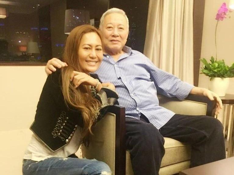 Azura mengaku dirinya merupakan anak orang kaya yang memiliki warisan senilai US$30 juta atau Rp422 miliar dari ayahnya.