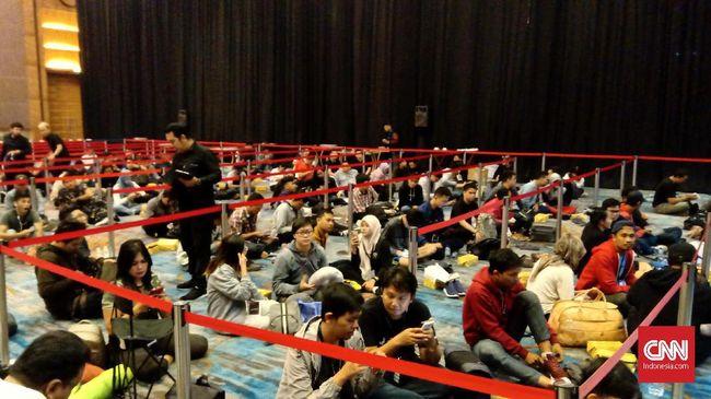 Pembeli rela antre hingga meningap bawa selimut sejak Rabu (4/12) malam di sebuah Hotel di wilayah Jakarta Barat demi mendapatkan Asus ROG Phone 2.