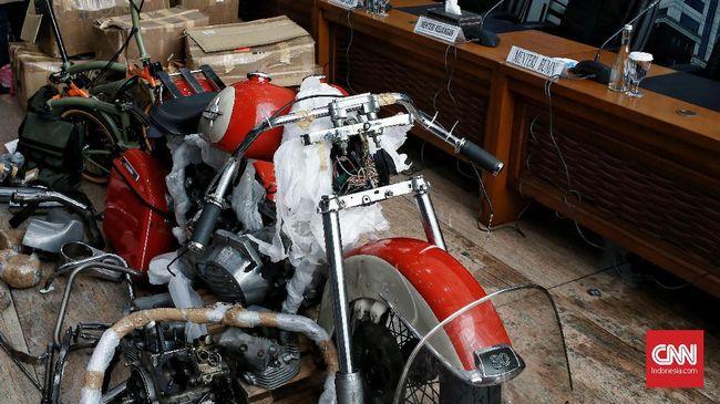Direksi Garuda Indonesia memilih bungkam saat ditanya soal pemberhentian Ari Ashkara sebagai dirut.