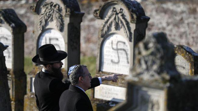 Monumen peringatan untuk Anne Frank dirusak dengan membubuhi stiker simbol swastika. Kerusakan tidak parah, hanya saja perlu pembersihan ekstra.