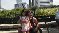 <p>Kekompakan ayah dan anak ini juga terlihat saat Ardi Bakrie mengajak Mikhayla berolahraga di Car Free Day (CFD). (Foto: Instagram @ardibakrie)</p>