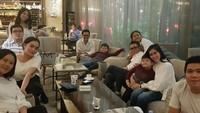 <p>Tak perlu ke luar kota, <em>staycation</em> seperti Helmy Yahya bisa jadi pilihan untuk menghabiskan waktu spesial bersama keluarga. (Foto: Instagram @helmyyahya)</p>
