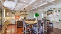 Dapur besar di rumah Avril ini juga bisa digunakan sebagai ruang keluarga, Bun. Terlihat sangat mewah kan?(Foto: Homes and Property)