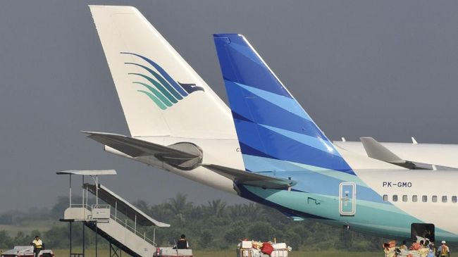 Photograph taken on October 16, 2010 shows two Garuda aircrafts sporting the old (back) and the new (front) tail logo at Palembang airport in South Sumatra province.  Indonesian flag carrier Garuda is